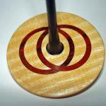 Kreisel mit versetzt eingelassenen Ringen