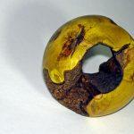 Kugel aus Berberitze mit einem natuerlichen Loch